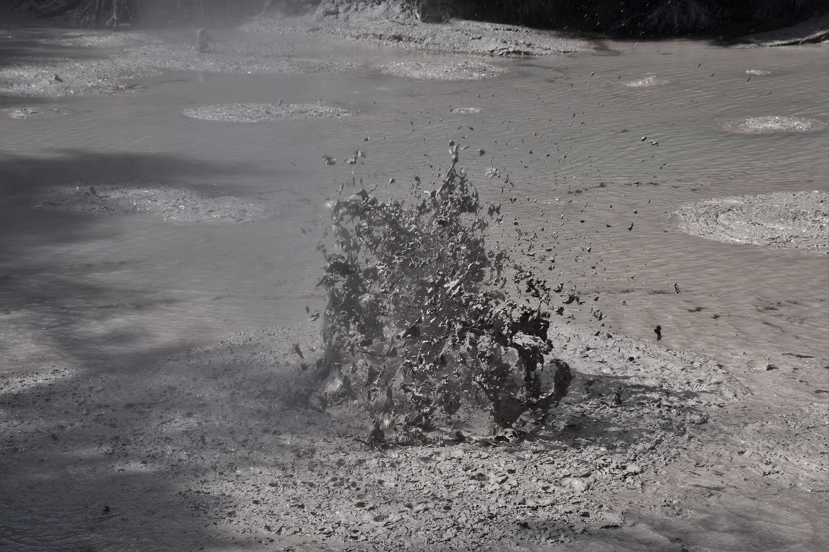 Dancing mud next to Wai-O-Tapu